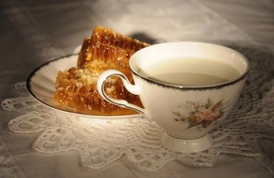 Молоко с медом и кусочком масла