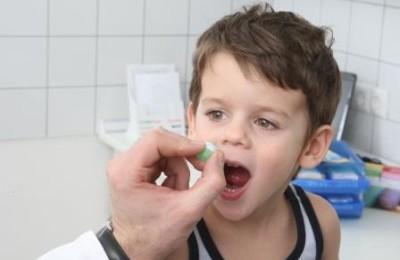 Дает таблетку ребенку