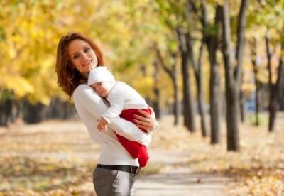 Гуляет с ребенком в парке